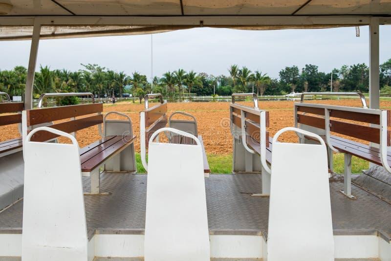 De openbare witte houten zetel van de busauto stock foto