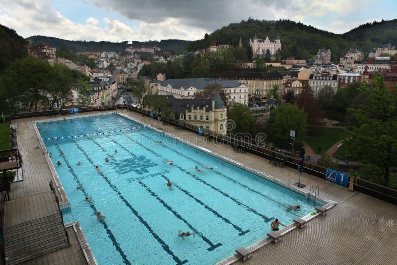 De openlucht het zwemmen opiniepeiling in Thermisch Hotel, Karlovy varieert royalty-vrije stock fotografie