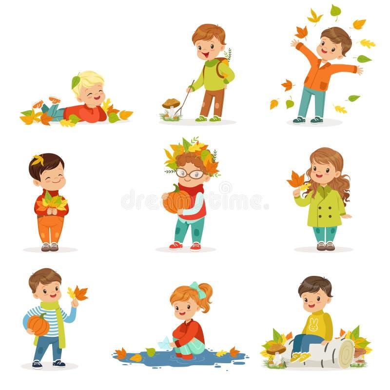 De openlucht seizoengebonden geplaatste activiteiten van de herfstkinderen s Verzamelend bladeren, spelend en werpend bladeren, p vector illustratie