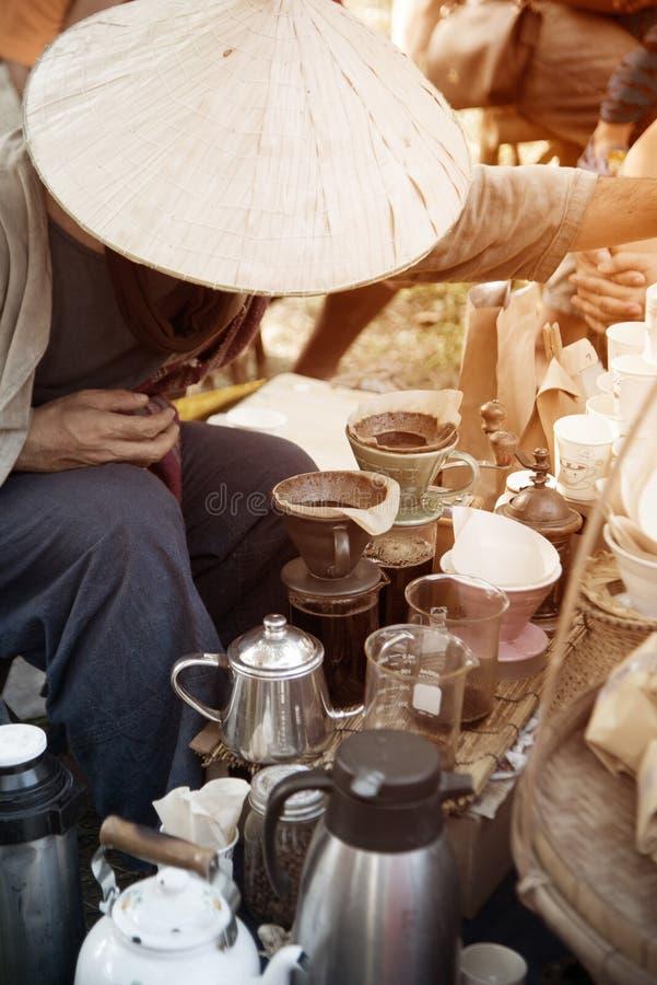 De openlucht Thaise mannelijke werkende koffie toont in Deelnemers aan de viering van het toerismefestival van Thailand deelneem royalty-vrije stock fotografie