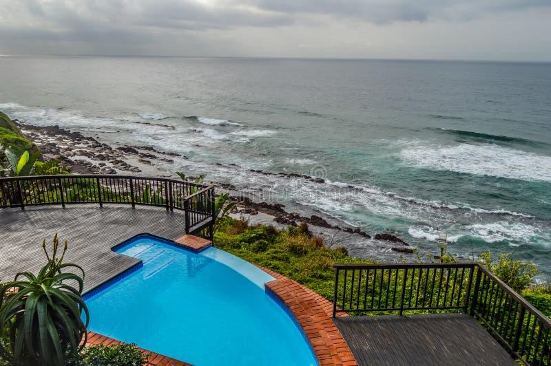 De openluchtjacuzzi en het luxueuze de kuuroordbad en oneindigheid voegen langs de Atlantische Oceaan in Ballito Zuid-Afrika same royalty-vrije stock fotografie