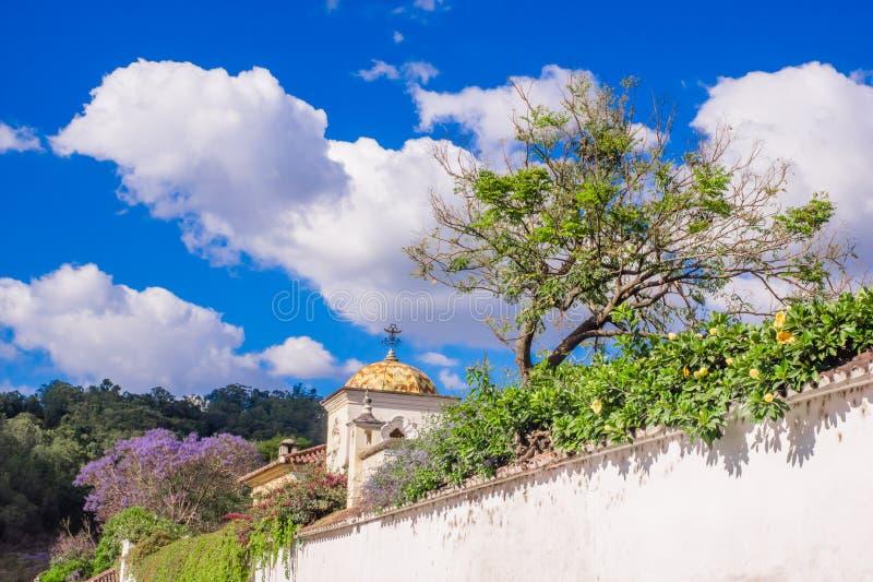 De openluchtmening van installaties binnen van een gestenigde omheining met oude gebouwen in Antigua Guatemala, de historische st stock foto's