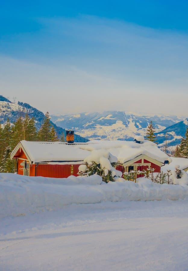 De openluchtmening van rode houten typisch housecovered met sneeuw in het dak in GOL royalty-vrije stock afbeelding