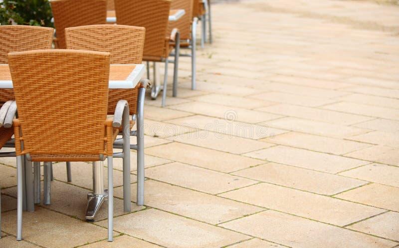 Download De Openluchtstoelen Van De Restaurantkoffie Met Lijst Stock Foto - Afbeelding bestaande uit hotel, diner: 39116418