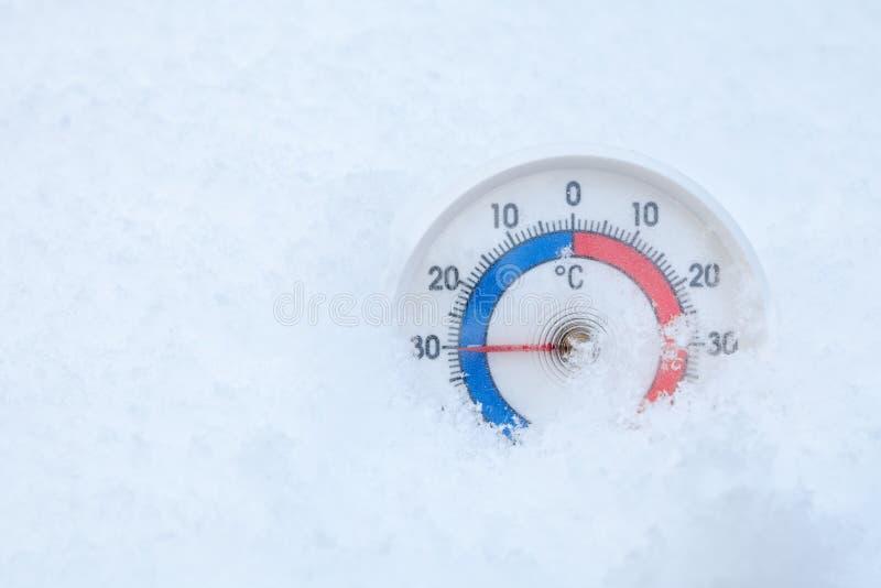 De openluchtthermometer in sneeuw toont minus 30 Celsius-graad extrem royalty-vrije stock afbeeldingen