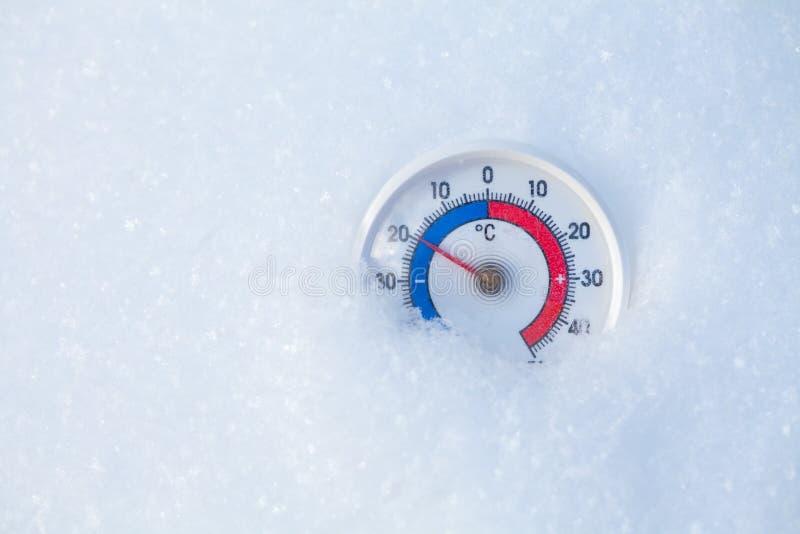 De openluchtthermometer in sneeuw toont minus 20 Celsius-graad koud w stock foto's