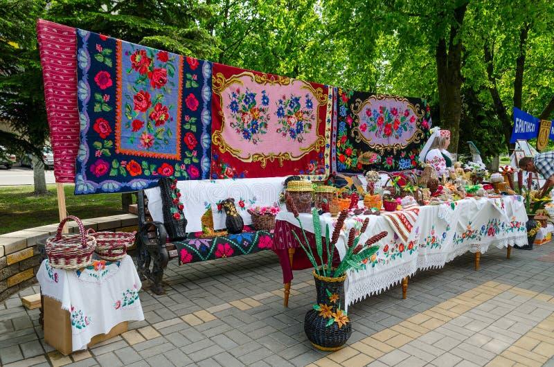 De openluchttovenaars van de gebeurtenissenstad Tentoonstelling en verkoop van producten van royalty-vrije stock fotografie