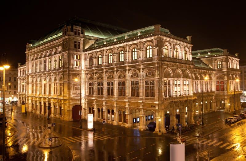 De Opera van de Staat van Wenen in nacht stock afbeelding