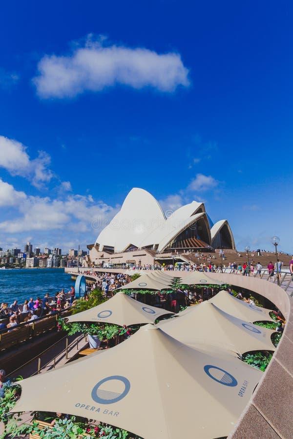 De Operabar die Sydney Opera House overzien stock afbeelding
