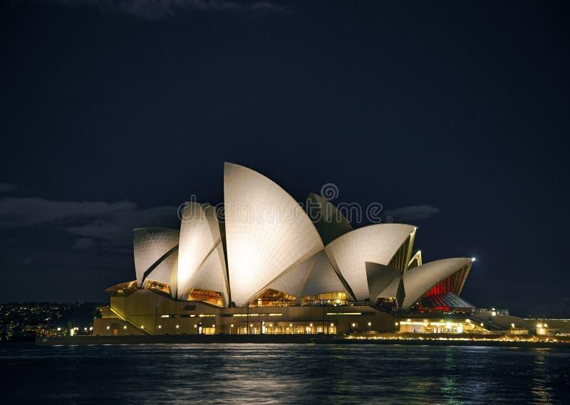 De operahuis van Sydney bij nacht in Australië stock afbeelding