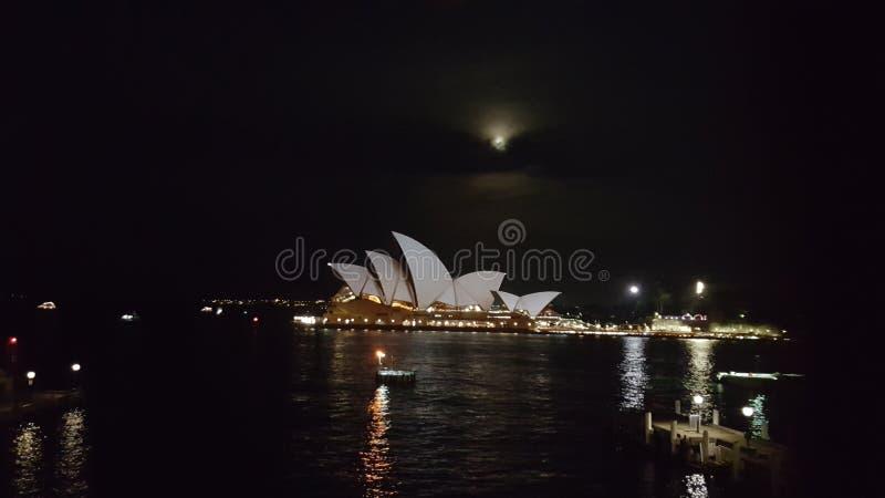 De operahuis van Sydney met de maan stock foto