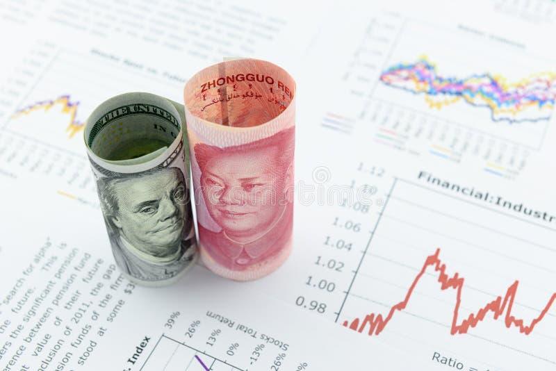 De opgerolde rollen van Amerikaanse dollar factureren en Chinese Yuans met beeld/portret van President Mao Zedong en Benjamin Fra stock afbeeldingen