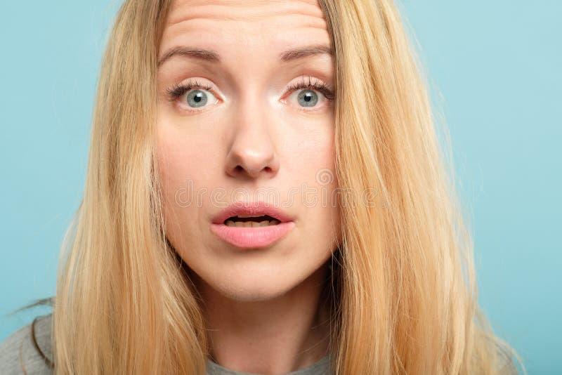De opgeschrokken verraste gelaatsuitdrukking van de vrouwenemotie stock afbeelding
