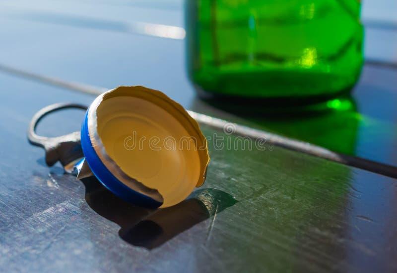 De opgestapelde dorstige soda van bierkroonkurken, hout stock foto