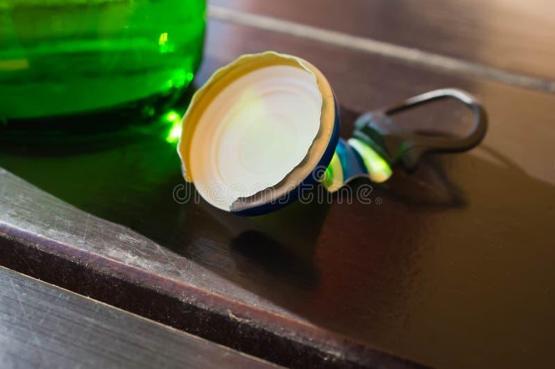 De opgestapelde dorstige soda van bierkroonkurken, hout stock foto's