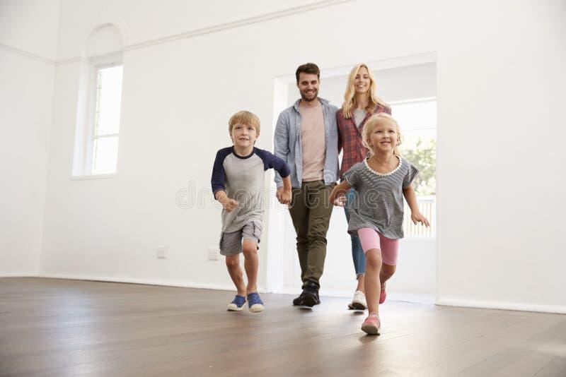 De opgewekte Familie onderzoekt Nieuw Huis bij het Bewegen van Dag royalty-vrije stock foto's
