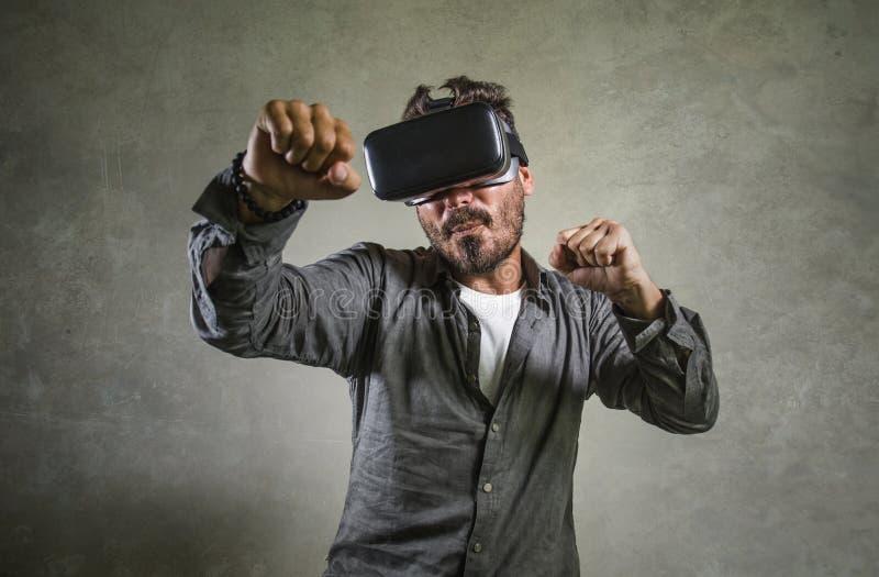 De opgewekte mens die het virtuele de hoofdtelefoon experimenterende 3d illusie van werkelijkheidsvr beschermende brillen spelen  royalty-vrije stock afbeeldingen