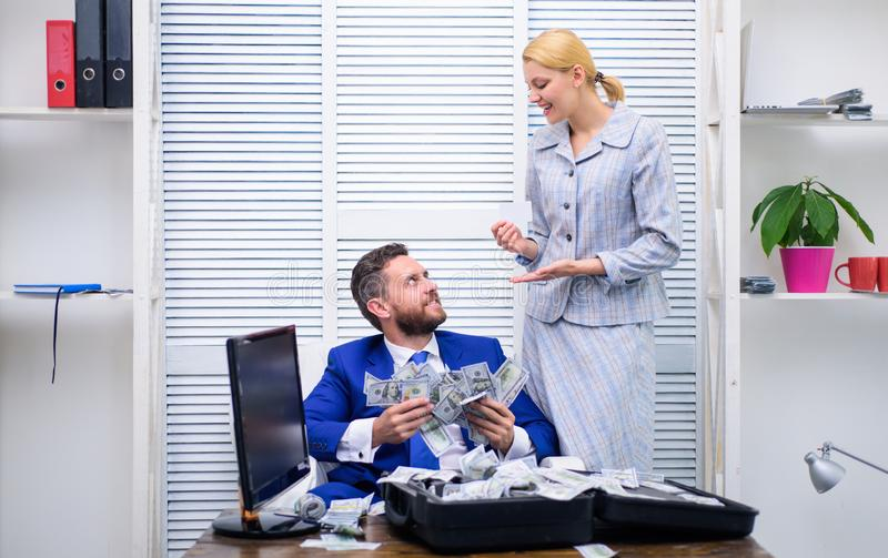 De opgewekte succesvolle zakenman opende een doos met geld en verheugt zich in winsten Het concept van de corruptie Geld in zaken stock fotografie