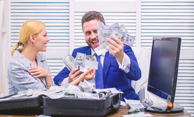De opgewekte succesvolle zakenman opende een doos met geld en verheugt zich in winsten Zaken, mensen, succes en fortuin royalty-vrije stock fotografie