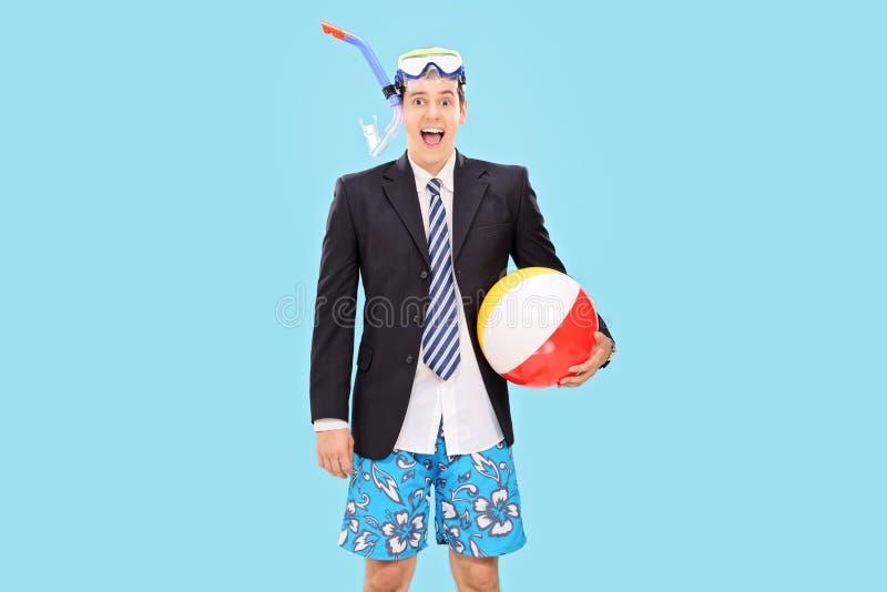 De opgewekte zakenman met snorkelt en een strandbal royalty-vrije stock afbeelding