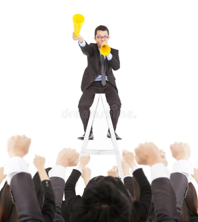 De opgewekte zakenman moedigt met toejuichingmegafoon aan aan team royalty-vrije stock afbeelding