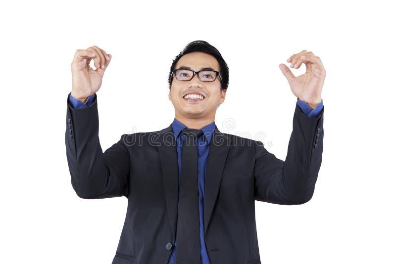 De opgewekte zakenman viert zijn voltooiing royalty-vrije stock afbeelding