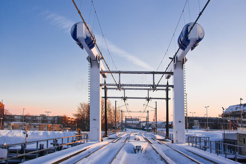 De opheffende brug van de trein in de sneeuw stock afbeelding