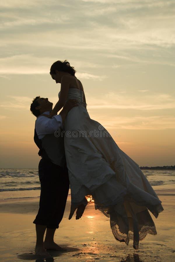 De opheffende bruid van de bruidegom stock foto