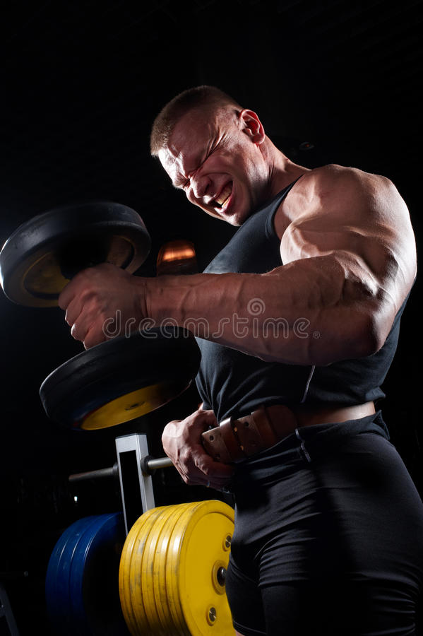 De opleiding van de bodybuilder in gymnastiek royalty-vrije stock afbeelding