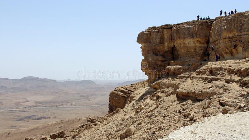 De opleiding van groepsabseiling op steile rots Het landschap van Negev royalty-vrije stock afbeeldingen