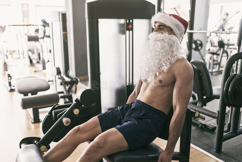 De opleidingsbenen van de geschiktheidskerstman in gymnastiek na Kerstmisvakantie stock afbeelding