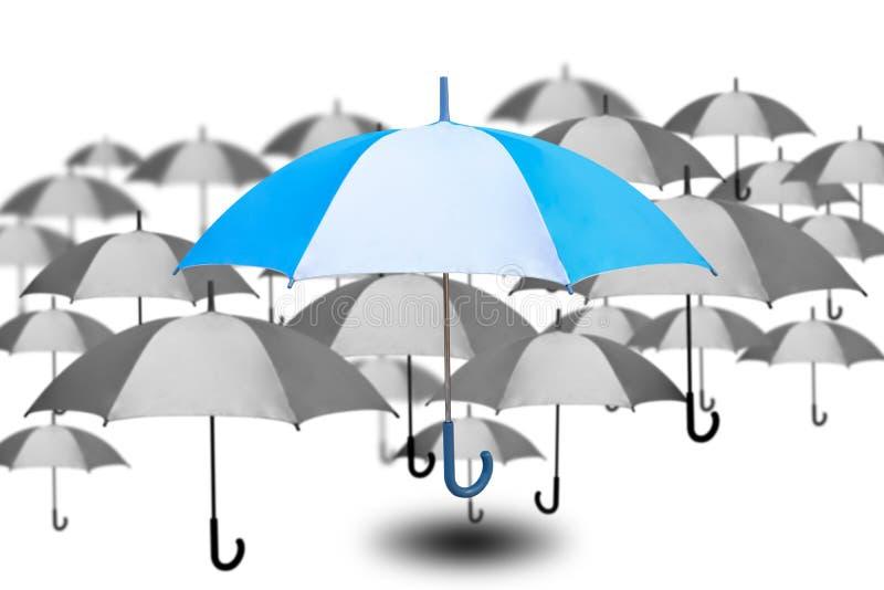 De opmerkelijke paraplu met kleine paraplu in zwart-wit kleur op witte achtergrond, succes en enig kiest van vele keuzen, royalty-vrije illustratie
