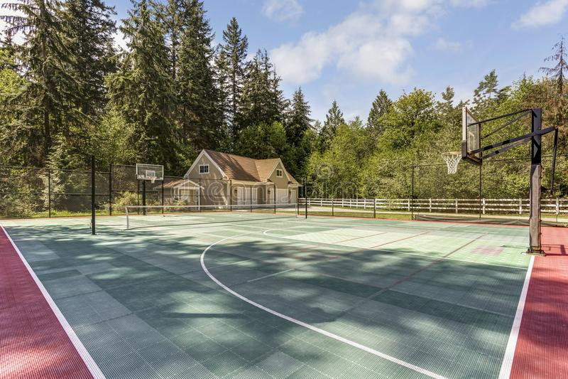 De opmerkelijke woonplaats van het land met tennisbaan royalty-vrije stock afbeelding