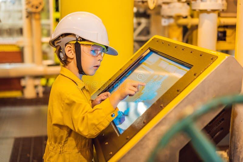 De opnameverrichting van de jongensexploitant van olie en gasproces bij olie en installatieinstallatie, de zeeolie en gasindustri stock foto's