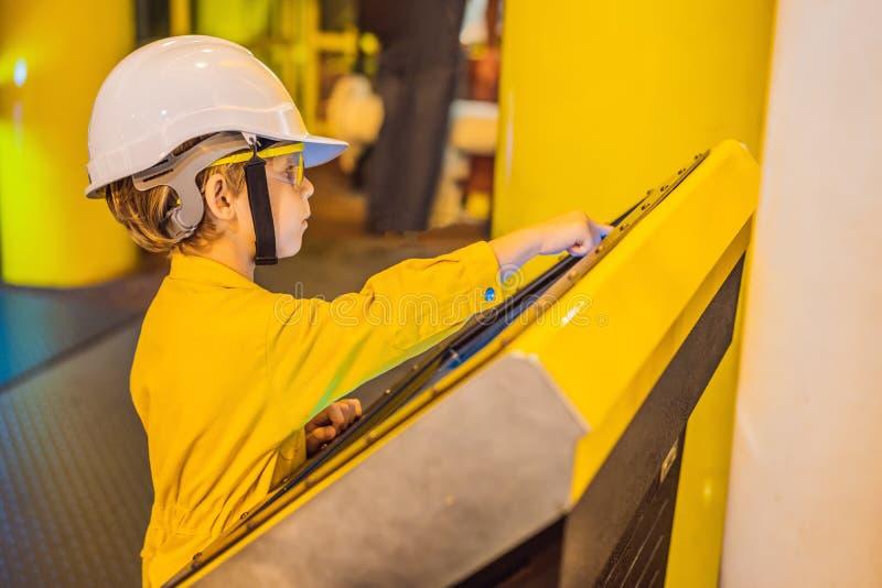 De opnameverrichting van de jongensexploitant van olie en gasproces bij olie en installatieinstallatie, de zeeolie en gasindustri royalty-vrije stock foto's