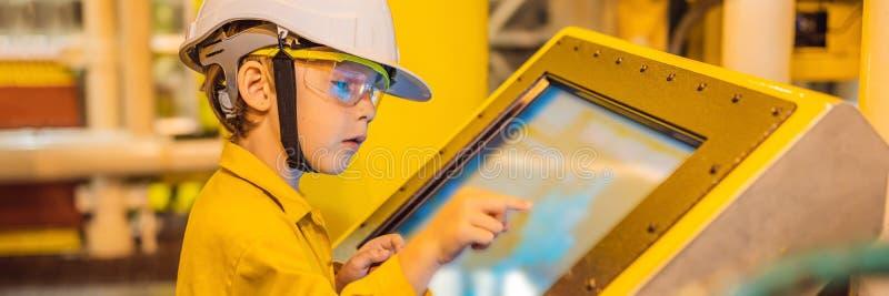 De opnameverrichting van de jongensexploitant van olie en gasproces bij olie en installatieinstallatie, de zeeolie en gasindustri stock afbeeldingen