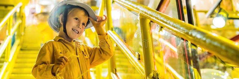 De opnameverrichting van de jongensexploitant van olie en gasproces bij olie en installatieinstallatie, de zeeolie en gasindustri royalty-vrije stock foto