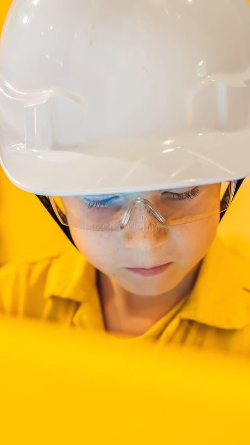 De opnameverrichting van de jongensexploitant van olie en gasproces bij olie en installatieinstallatie, de zeeolie en gasindustri royalty-vrije stock afbeeldingen