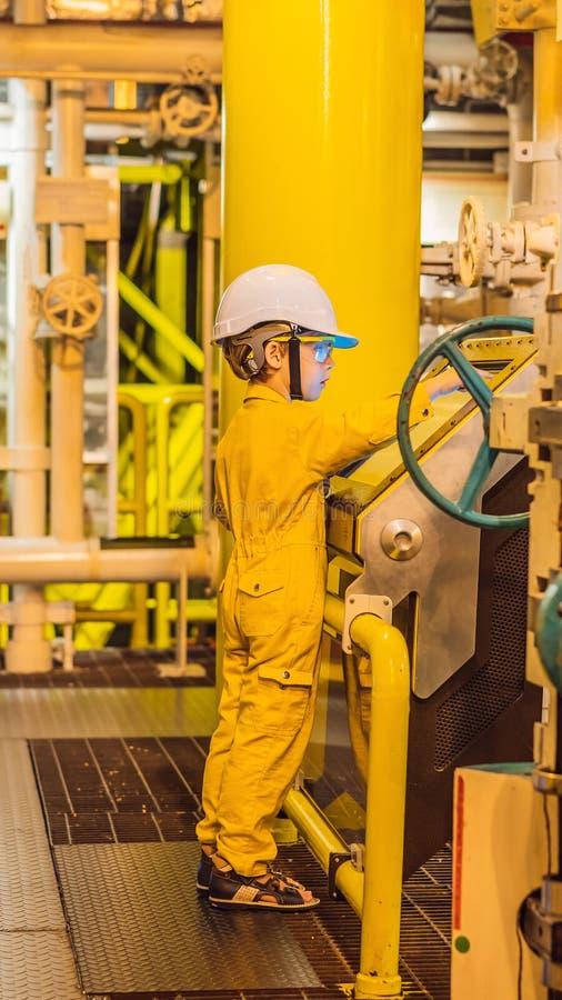 De opnameverrichting van de jongensexploitant van olie en gasproces bij olie en installatieinstallatie, de zeeolie en gasindustri royalty-vrije stock afbeelding
