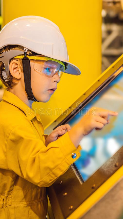 De opnameverrichting van de jongensexploitant van olie en gasproces bij olie en installatieinstallatie, de zeeolie en gasindustri stock fotografie
