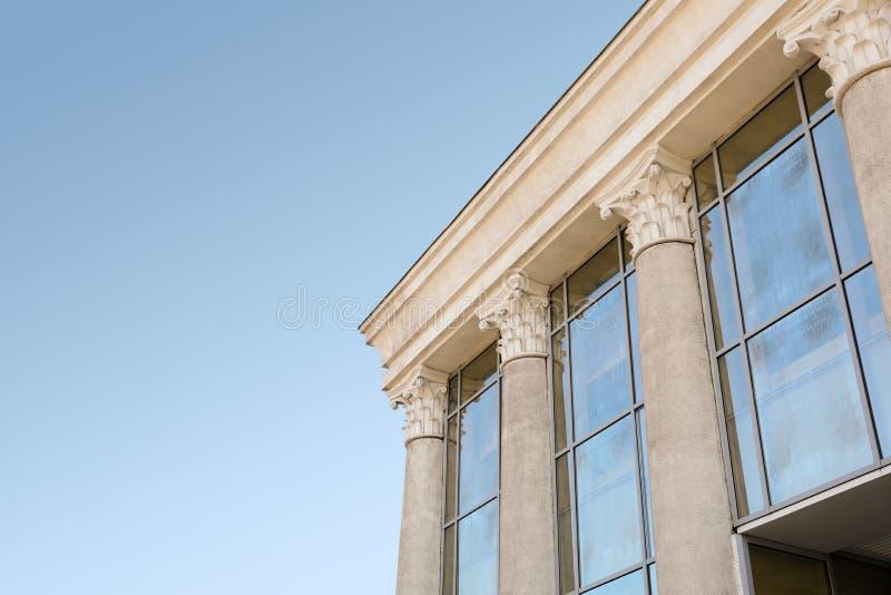 De opperst hofbouw met pijlers stock foto