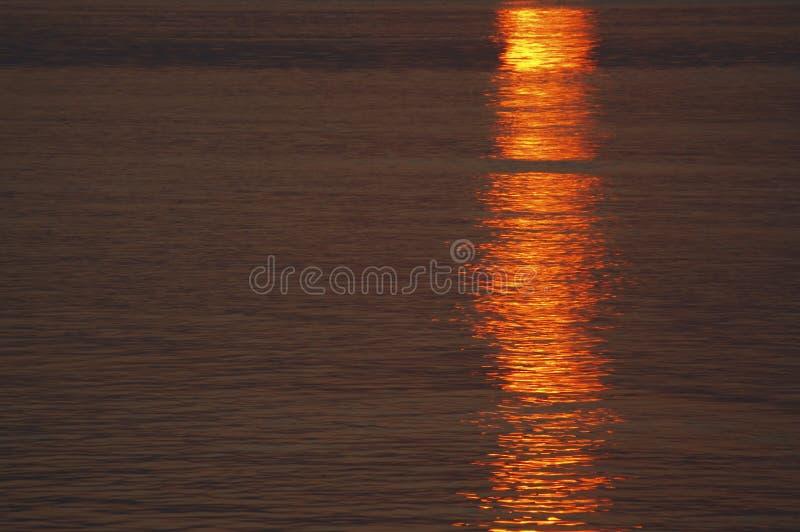 De oppervlakte van de zonsondergang van een water royalty-vrije stock foto's