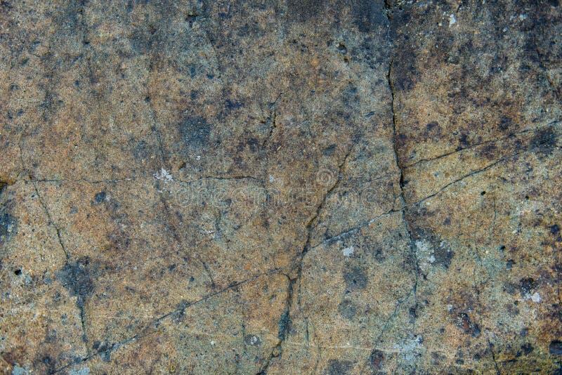 De oppervlakte van een oude rots met barsten De oude wilde achtergrond van de rotstextuur royalty-vrije stock foto