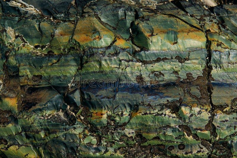 De oppervlakte van een oude rots met barsten De oude wilde achtergrond van de rotstextuur royalty-vrije stock fotografie