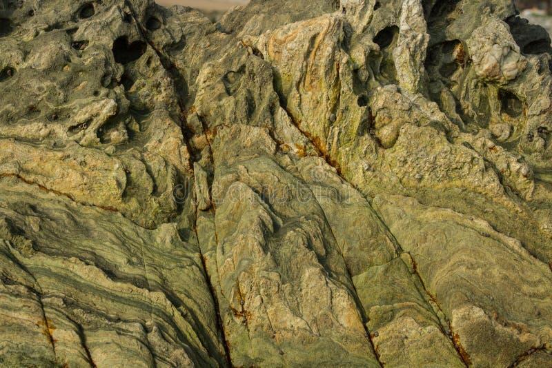 De oppervlakte van groene steen met kraters royalty-vrije stock foto's