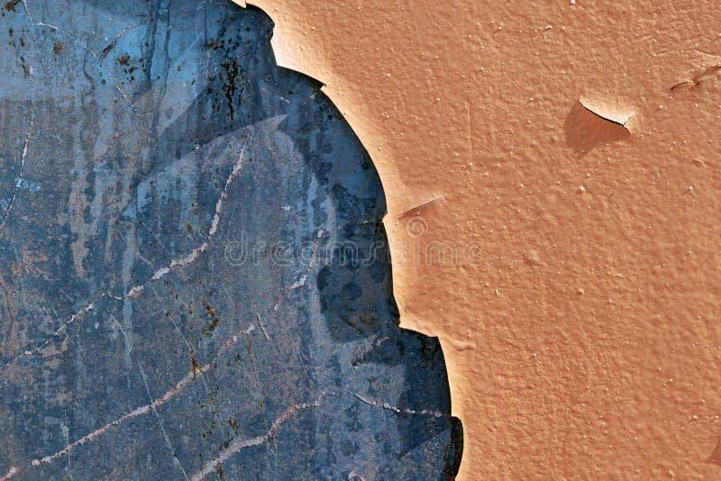 De oppervlakte van de metaalmuur met afgebladderde oude verf royalty-vrije stock foto's
