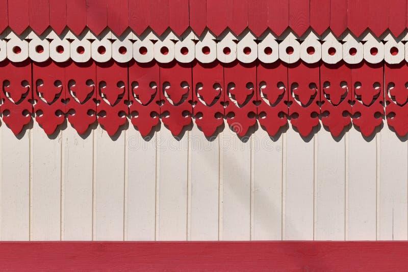 De oppervlakte van de muur of de omheining die met gesneden houten raadspatronen wordt verfraaid royalty-vrije stock foto's