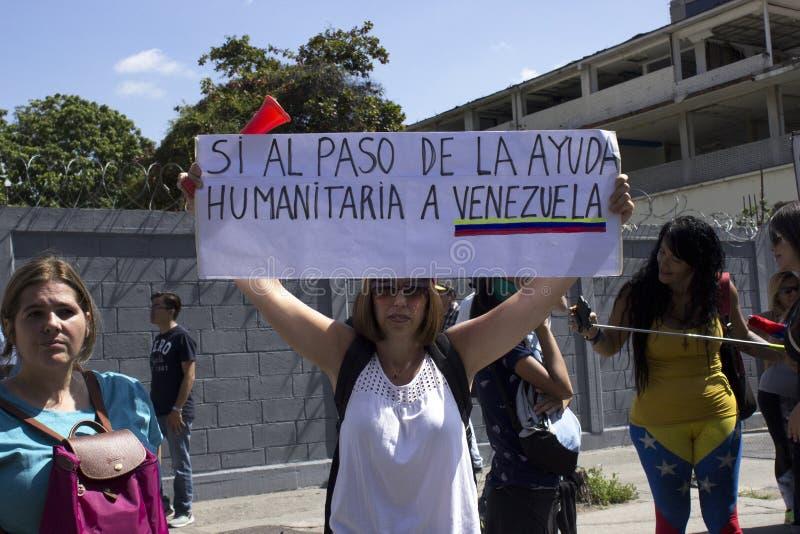 De oppositieverdedigers aan Juan Guaido eisen humanitaire hulp tijdens een protest tegen Nicolas Maduro royalty-vrije stock foto