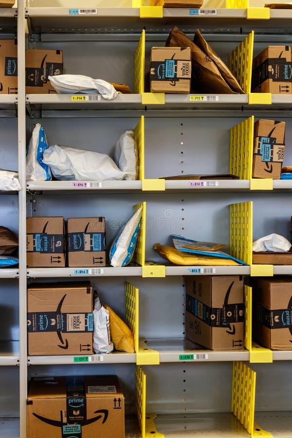 De Opslag van Amazonië in Purdue De klanten van een baksteen-en-mortieropslag kunnen producten van Amazonië ontvangen Com VIII stock foto