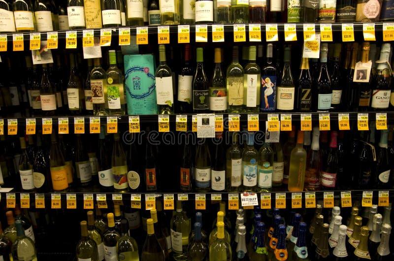 De opslag van de de wijnkruidenierswinkel van de alcoholalcoholische drank stock afbeeldingen